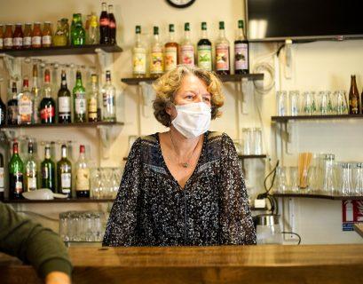 A Cottance, un village situé dans la Loire, Delphine a repris un café.