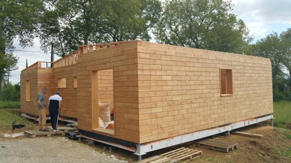 Avec ce kit DIY, on peut construire sa maison passive... avec des briques en bois