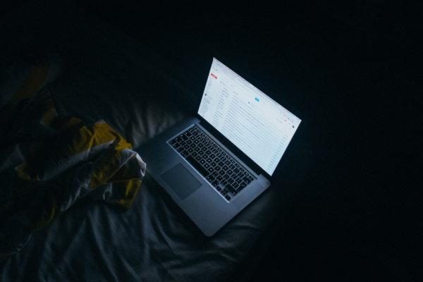 Pour protéger vos yeux de la lumière bleue des écrans, cette appli la rend... orange