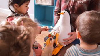 Des peluches au ventre rempli de plastique, pour sensibiliser les enfants à la pollution marine