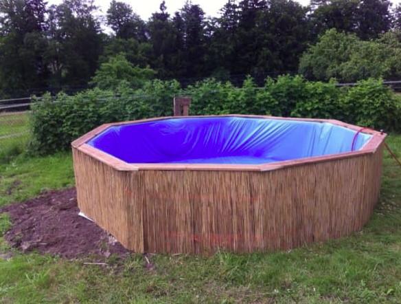 Avec seulement neuf palettes en bois, il fabrique sa piscine de jardin pour 50 euros
