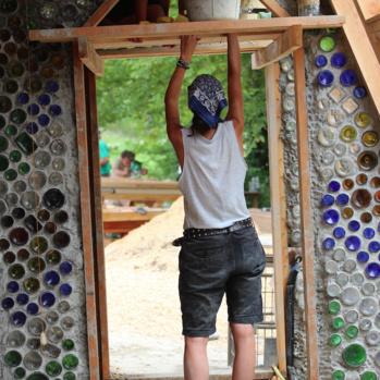En Dordogne, ils ont bâti la maison autonome de leurs rêves avec l'inventeur des earthships