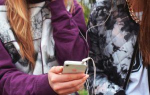 """En Angleterre, un lycée de filles expérimente la """"détox numérique"""""""