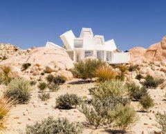 Cette maison-conteneur pousse comme une fleur dans le désert