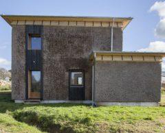 En Bretagne, cette maison écolo en roseau ne craint ni le vent ni l'eau