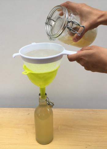 Important : il faut filtrer sa boisson au kéfir avant de la consommer.
