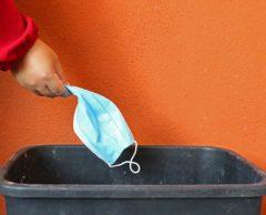 Recyclage : des masques chirurgicaux transformés en visière et en boîtes