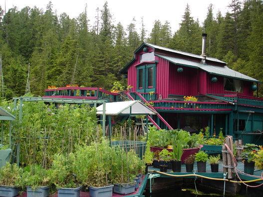 Deux Canadiens ont bâti leur village flottant et autosuffisant