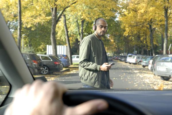 Un Français sur deux utilise son smartphone lorsqu'il traverse la rue