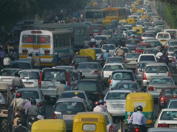 À Delhi, la justice ordonne de retirer l'immatriculation des vieilles voitures