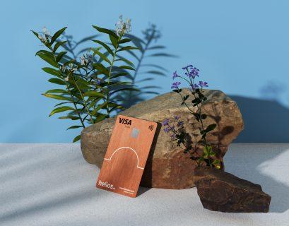 a banque Hélios propose une carte en bois d'origine durable.