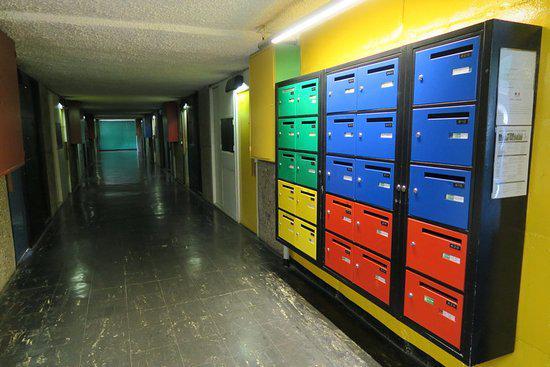 Les larges couloirs qui desservent le bâtiment permettent de faire circuler l'air tout en facilitant la distanciation physique. (Crédits : Martine Vittu)