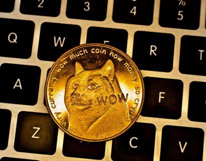 Un Dogecoin sur un clavier d'ordinateur.
