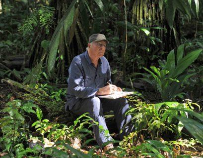 Francis Hallé en 2012 dans la forêt amazonienne.