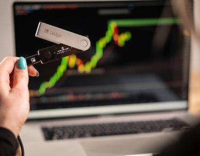 Pour protéger sa cryptomonnaie, on peut notamment utiliser un portefeuille physique, comme le Ledger Nano X.