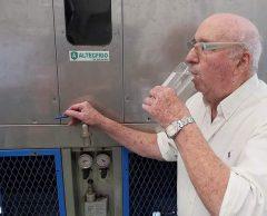 Il invente une machine capable de transformer l'air en eau potable