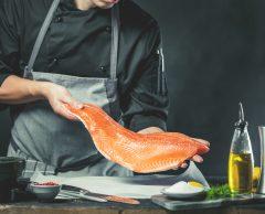 Colorants, virus, microplastiques… faut-il arrêter de manger du saumon ?
