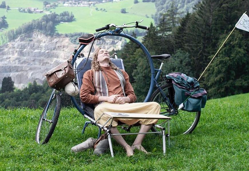 Ce vélo-camping permet de s'arrêter partout sur la route pour se reposer ou manger.