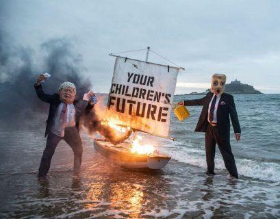 Ocean Rebellion, nouvelle branche d'Extinction Rebellion assaille un paquebot de croisière avec des slogans lumineux.